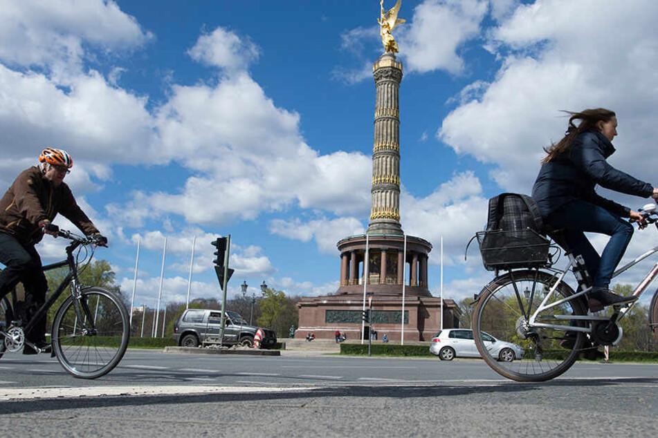 Die Fahrradwege in Berlin werden in den nächsten Jahren massiv ausgebaut, die Autofahrer müssen zurückstecken. Das ist das neue Ergebnis der Einigung zwischen rot-rot-grünem Senat und den Fahrrad-Initiativen auf erste Inhalte eines neues Radgesetzes.