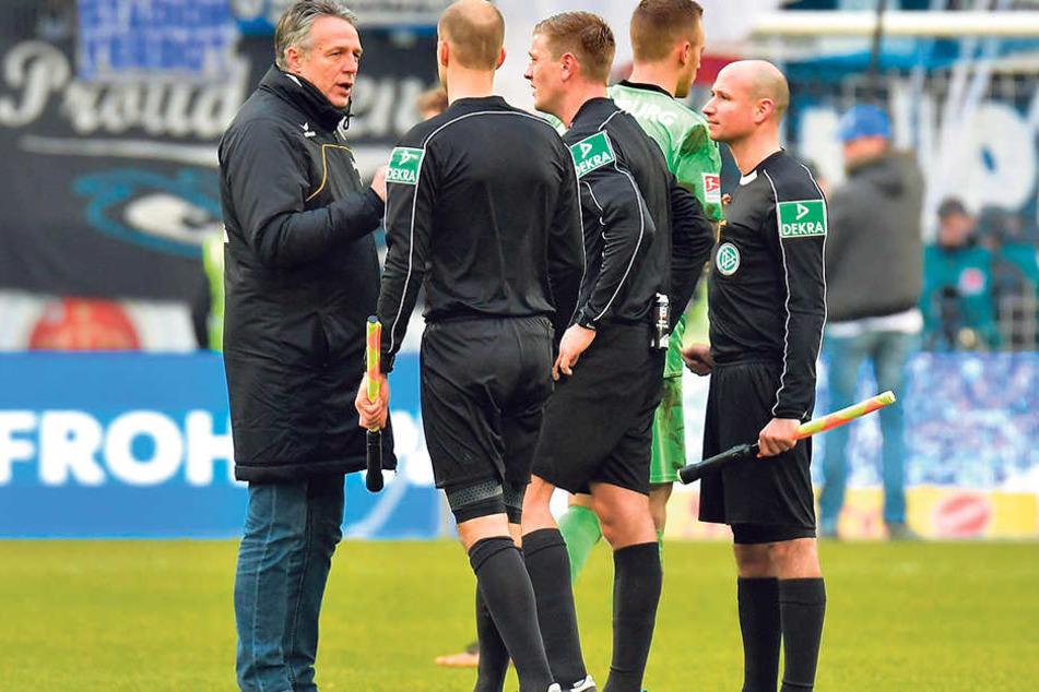 Dynamo-Trainer Uwe Neuhaus (l.) wertete mit Schiri Robert Schröder (M.) vor allem eine Szene aus.