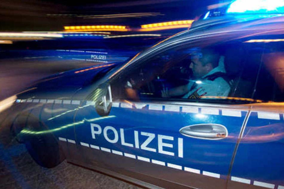 In Neukölln wurde ein Einsatzwagen der Polizei bei einem Unfall an einer Kreuzung stark demoliert. (Symbolbild)