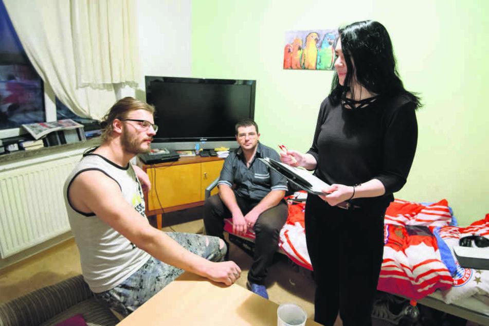 In der Obdachlosenunterkunft auf dem Sonnenberg kümmert sich Jenny Kern (23) um Martin Helfricht (30) und Oliver Kersten (32, r.).