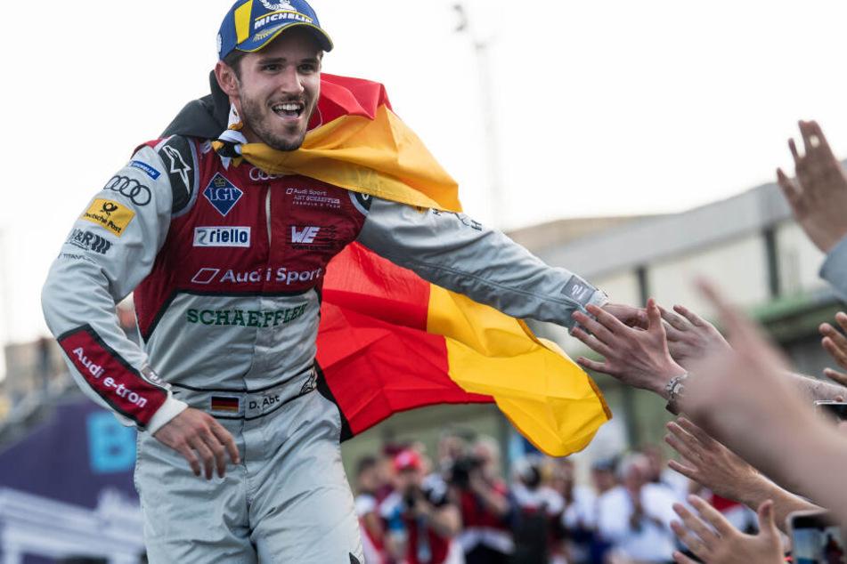 Der Gewinner des letzlährigen Rennens Daniel Abt vom Team Audi ABT jubelt vor der Siegerehrung auf dem Tempelhofer Feld.