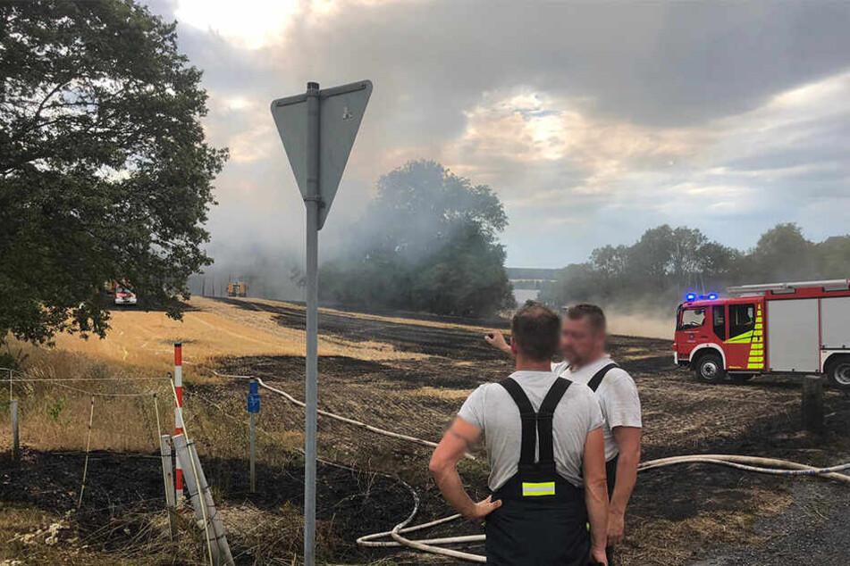 Feuerwehrmänner beraten sich vor Ort.