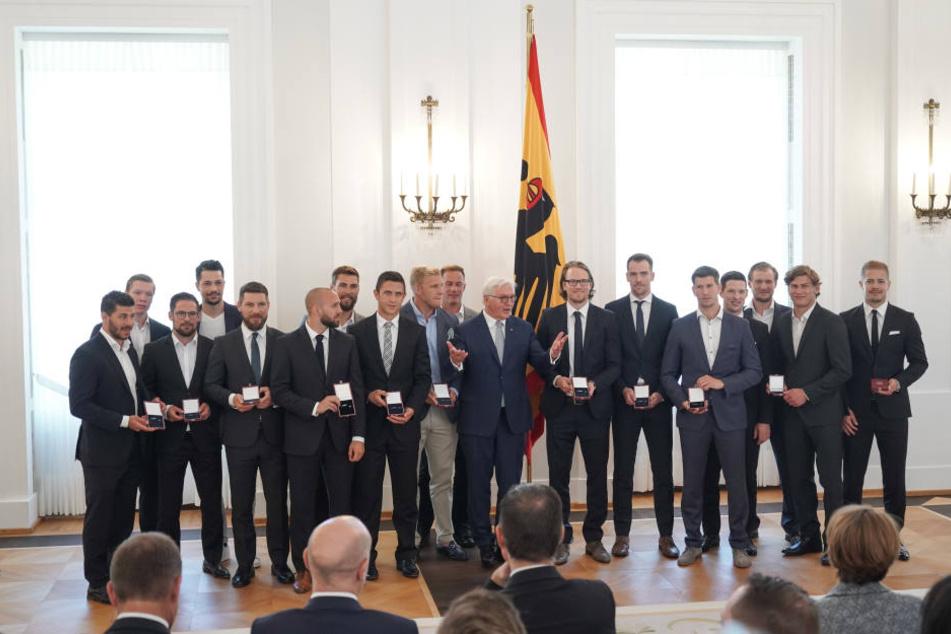 """Bundespräsident Frank-Walter Steinmeier zeichnete die deutsche Eishockey-Nationalmannschaft mit dem """"Silbernen Lorbeerblatt"""" aus."""