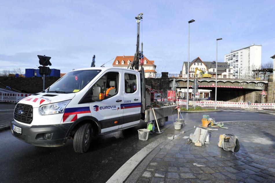 Laster und Busse hatten die Bordsteine im Kreisverkehr beschädigt. Die Baufirma muss das reparieren - ein Garantieschaden.