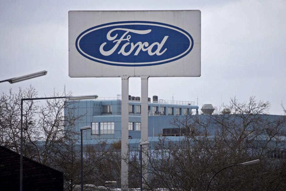 Köln: Ein Schild mit dem Ford-Logo steht vor dem Werk.