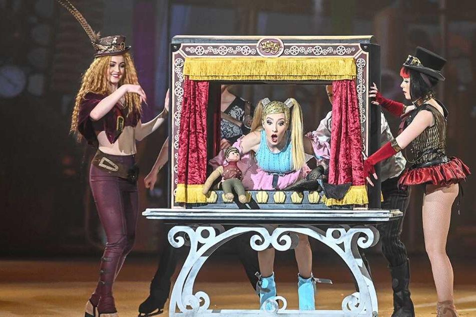 """Holiday on Ice: Auch ein rutschiges Puppentheater gehört zur """"Atlantis""""-Show."""
