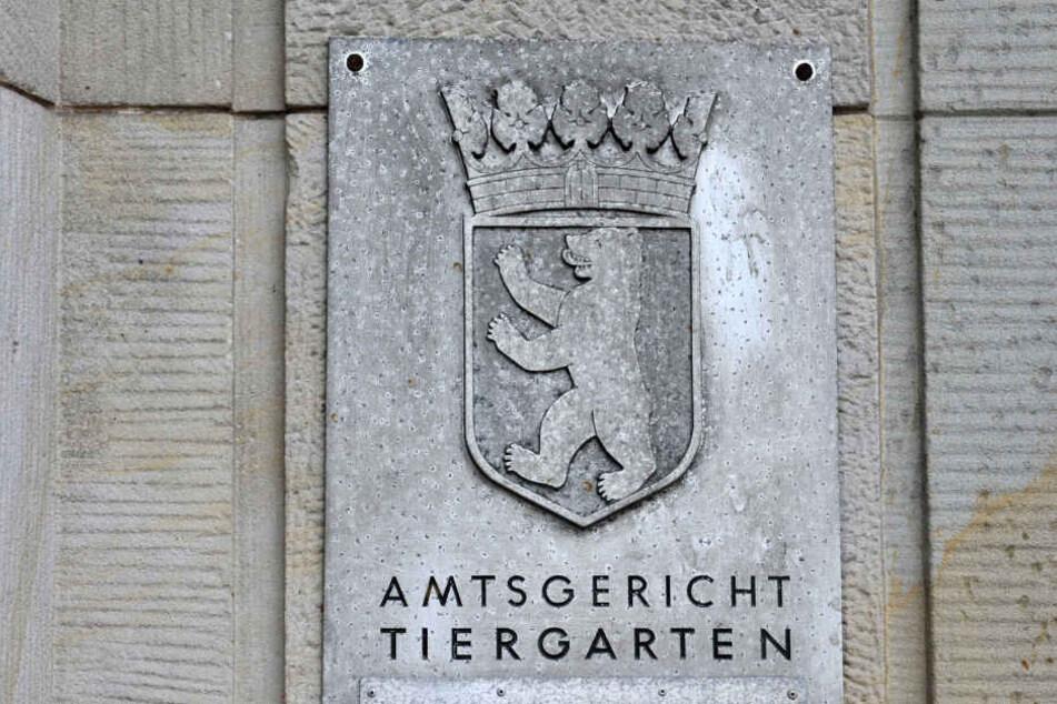 Ein 52-Jähriger steht am Montag vor dem Amtsgericht Berlin-Tiergarten.