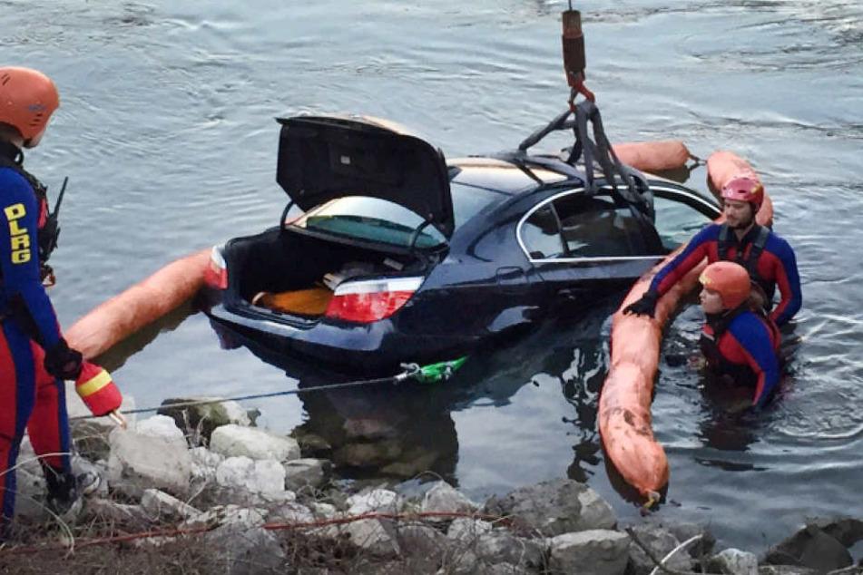 Ein 59-Jähriger ist mit seinem Auto im Rhein gelandet.