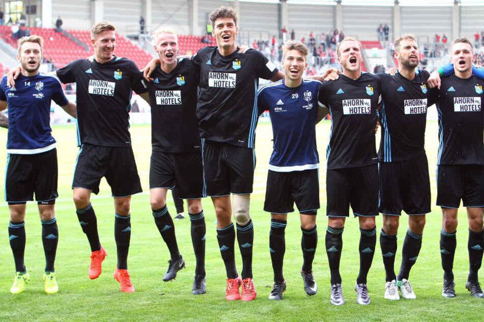 Myroslav Slavov (4. v.l.) tanzt mit seinen CFC-Kollegen nach dem Sieg in Halle.