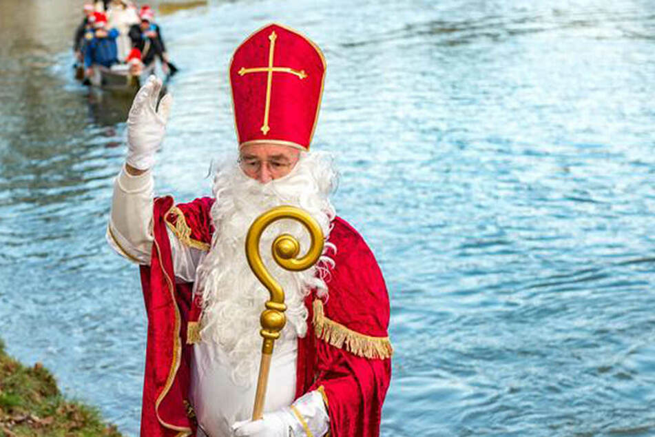 Im Anschluss an seine Werre-Fahrt zieht der Nikolaus durch Herford.