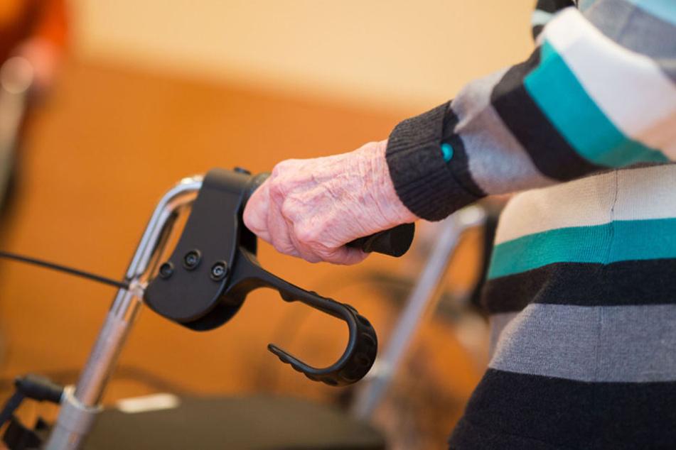 Als sich der Mann am Telefon für ihren Neffen ausgab, wusste die Rentnerin sofort was zu tun ist. (Symbolbild)