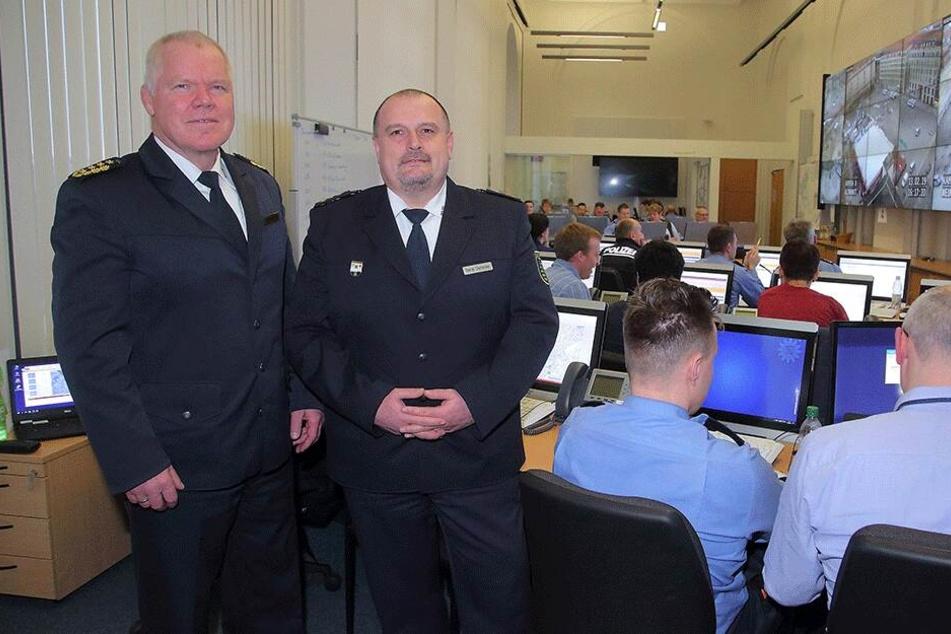 Landespolizeipräsident Horst Kretzschmar (59) besuchte Rene Demmler, Leiter des Führungsstabs, und sein Team in der Einsatzzentrale.