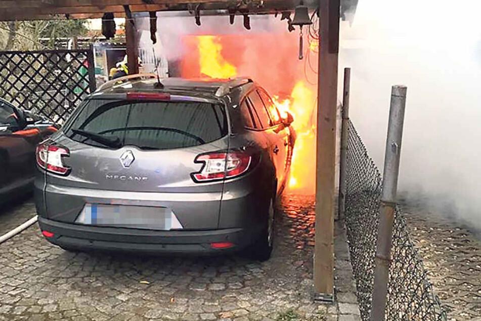 Das Feuer hatte auf eine Garage, ein Carport sowie auf ein Auto übergegriffen.