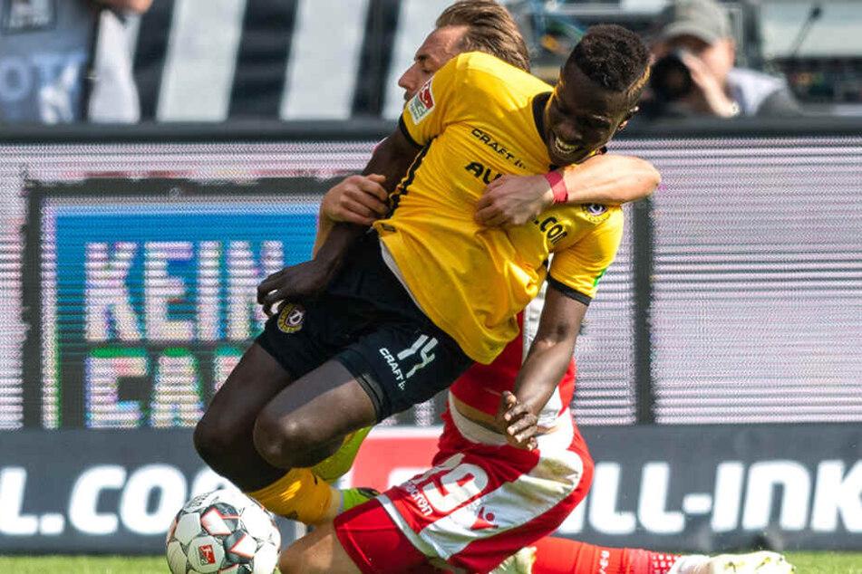 Viele Vereine kann es treffen, dass sie unten reinrutschen. Auch die SG Dynamo Dresden, bei der Tor-Stürmer Moussa Koné (vorn) ausfällt, ist ein Kandidat.
