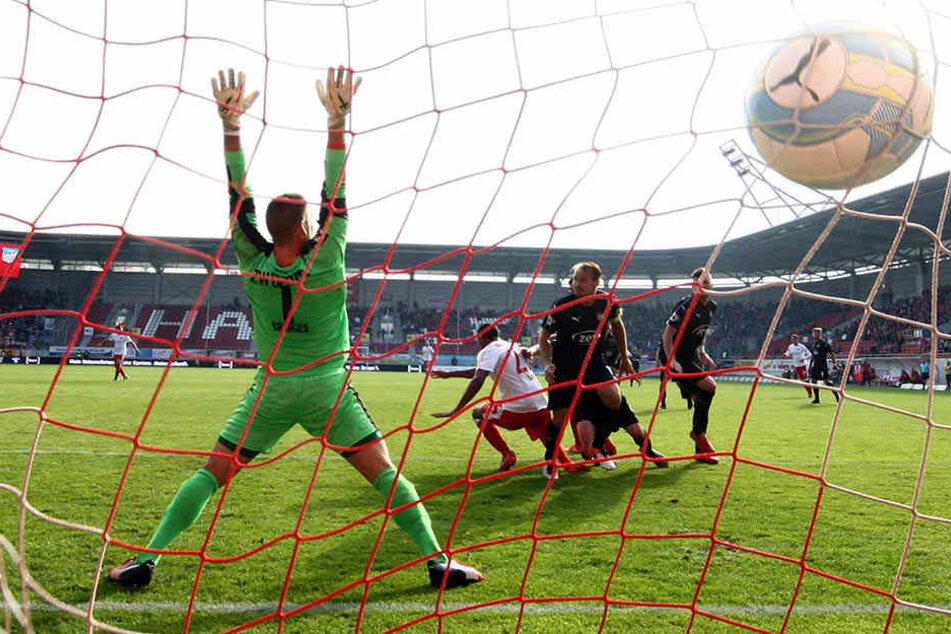 FSV-Keeper Johannes Brinkies konnte beim Hallenser Führungstreffer durch Marvin Ajani (M.) nur noch die Arme hochreißen - da zappelte der Ball aber schon im Netz.