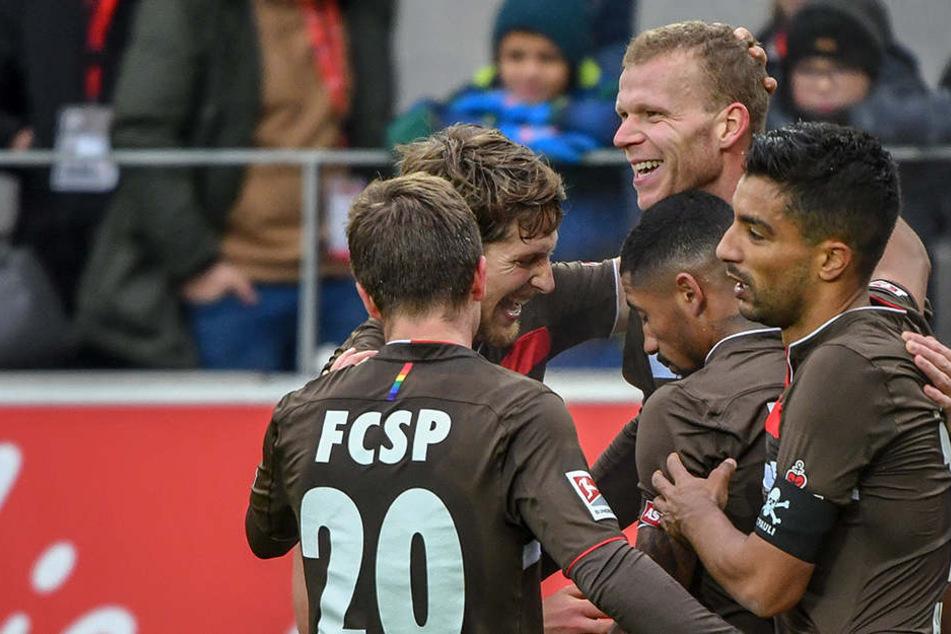 Sturm-Riese Henk Veerman (hinten-rechts) brachte St. Pauli in Führung.