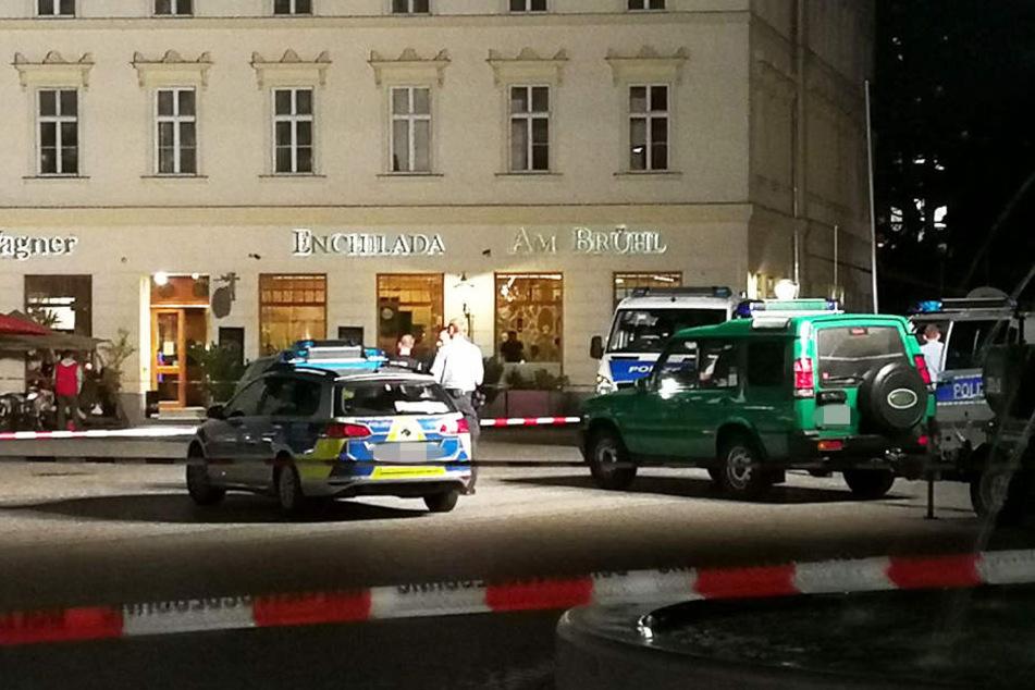 Die Polizei sperrte den Richard-Wagner-Platz und die Höfe am Brühl am Samstagabend ab.