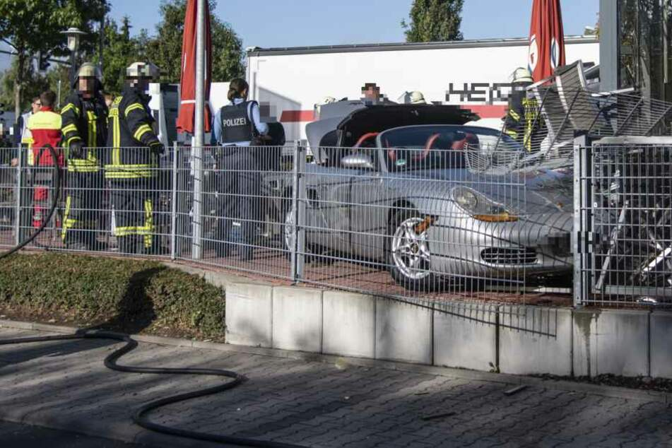 Rums: Der Porsche sorgte für Chaos im Außenbereich des Schnellrestaurants.