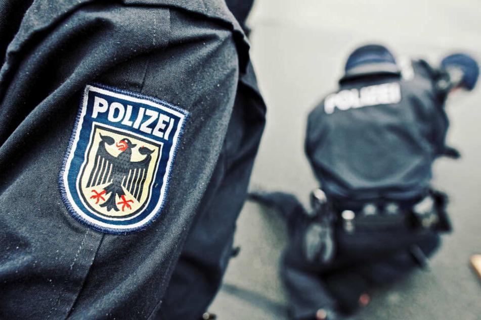 Die Bundespolizei ermittelt nun wegen des Verstoßes gegen das Waffengesetz und Bedrohung. (Symbolbild)