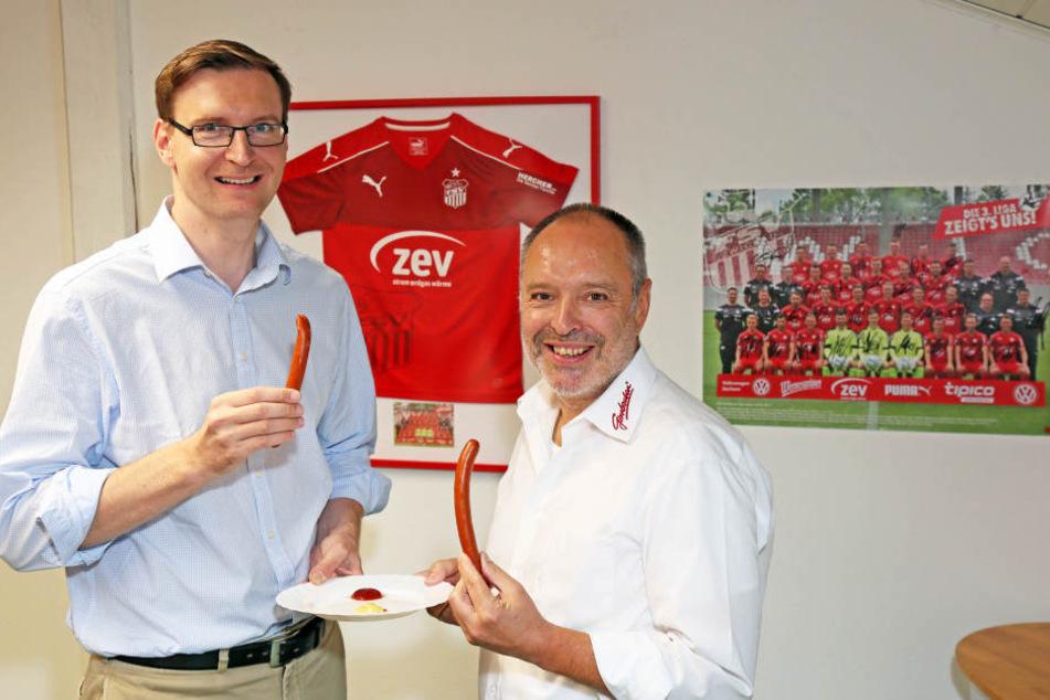 Lars Schauer vom FSV Zwickau und Würstchen-Chef Wolfgang Girrbach sind stolz auf ihre Kreation.