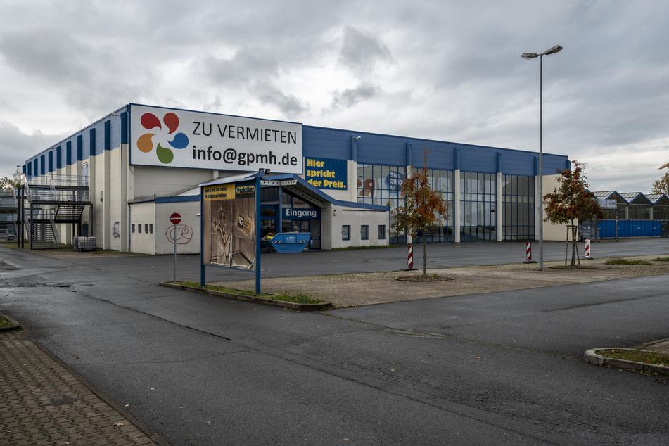 Das neue Corona-Testcenter soll in den ehemaligen Praktiker an der Hermann-Pöge-Straße in Bernsdorf umziehen. KV, Stadt und Eigentümer verhandeln.