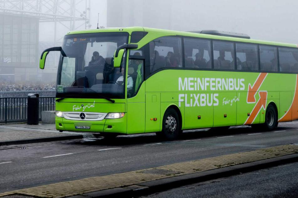 Ein Fahrgast eines Flixbusses masturbierte während der Fahrt vor einer Reisenden. (Symbolbild)