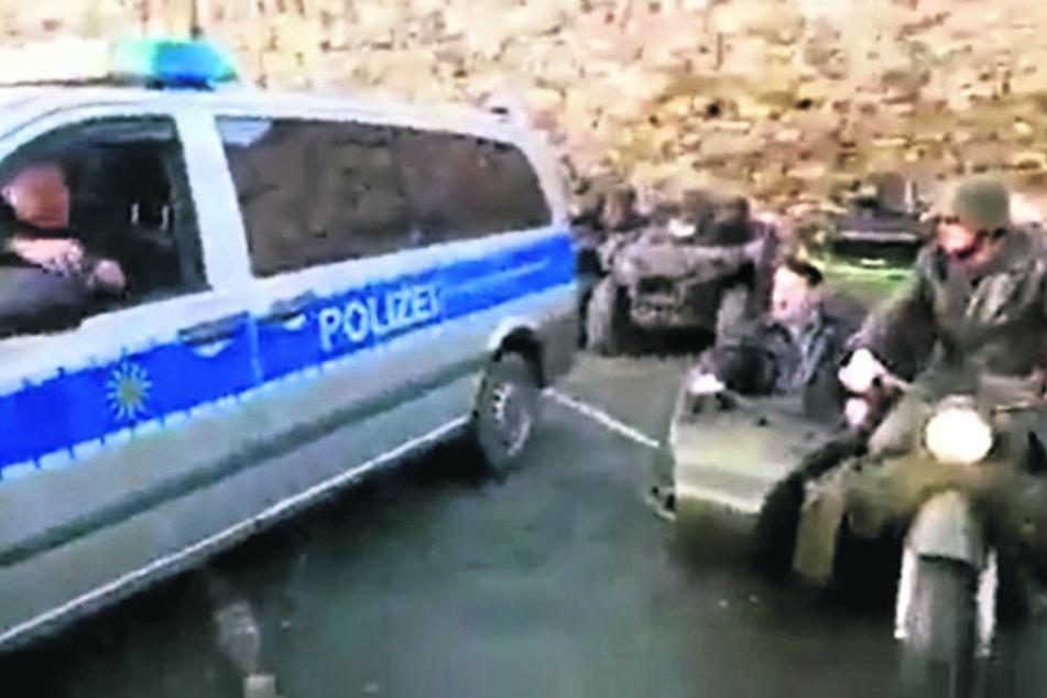 Ein Twitter-Video zeigt den Hitler-Imitator und einen lachenden Polizisten.