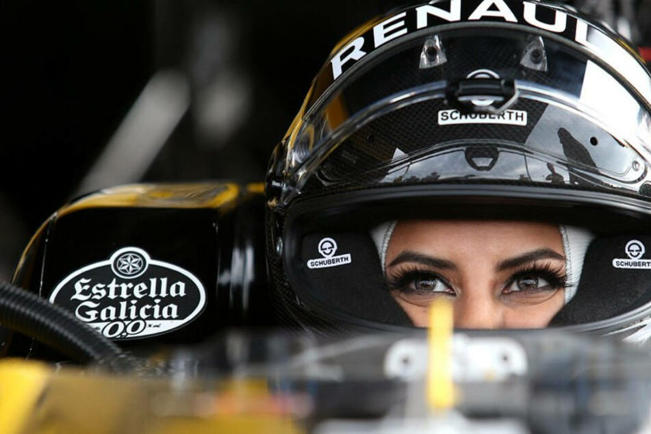Saudische Frau feiert Ende des Fahrverbots mit F1-Spritztour