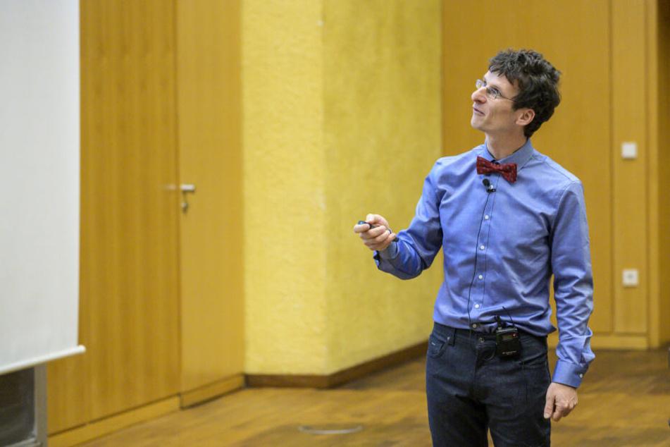 Dr. Ralf Hielscher hält seine Weihnachtsvorlesung in der TU Chemnitz.