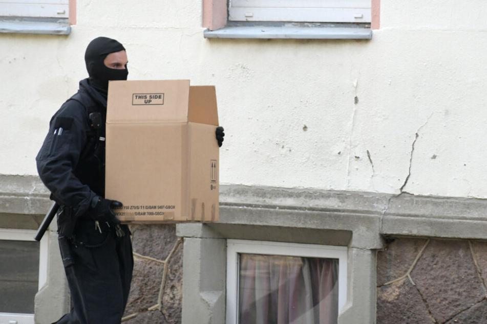Zwei Wohnungen durchsuchten Beamte in Dresden und Annaberg.