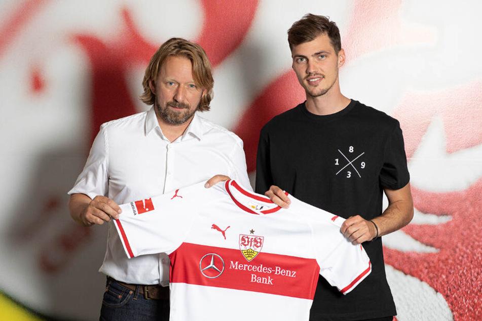 VfB-Sportdirektor Sven Mislintat (links im Bild) und Neuzugang Pascal Stenzel (23).