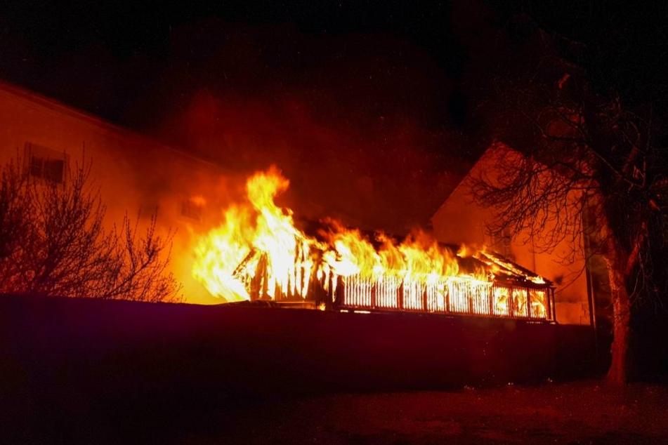 Der ganze Schuppen stand in Flammen und bedrohte das Hauptgebäude.