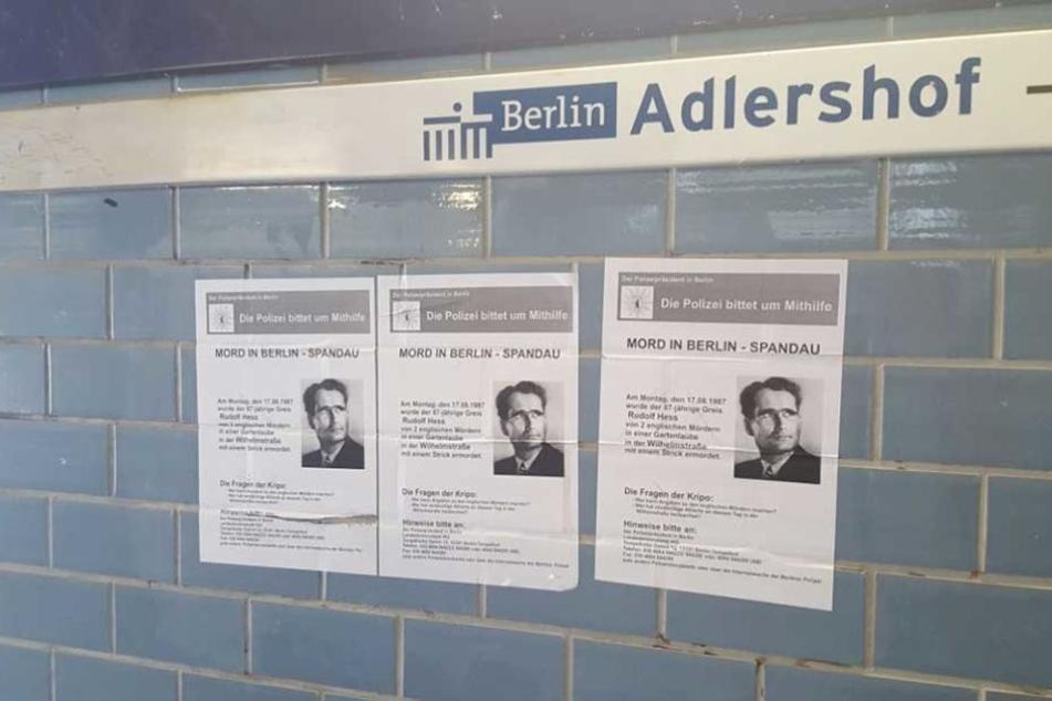 Diese Plakate wurden an mehreren S-Bahnhöfen im Südosten Berlins geklebt.