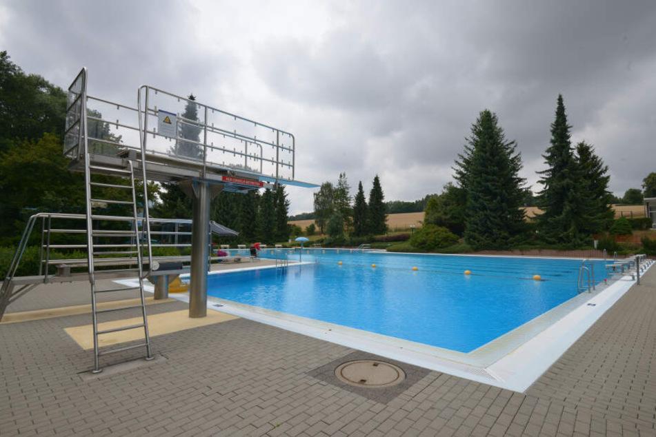 Durch die Witterung ist das Schwimmbad leer.