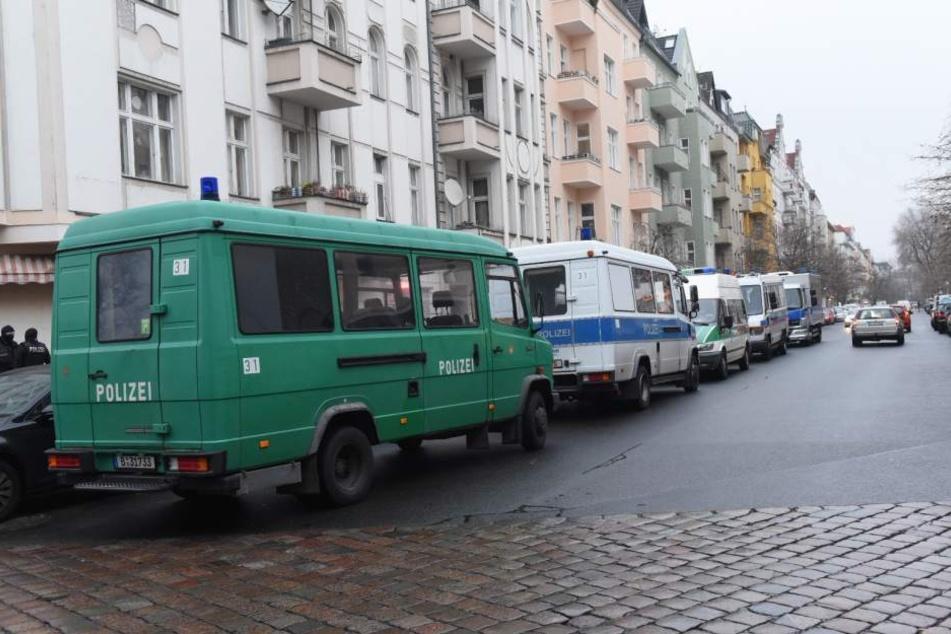 Die Berliner Polizei hat am Dienstagmorgen mehrere Objekte in Berlin durchsucht.