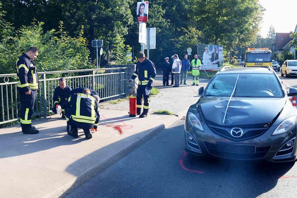 Der Mazda erfasste den Mann und schleuderte ihn auf einen Fußweg.