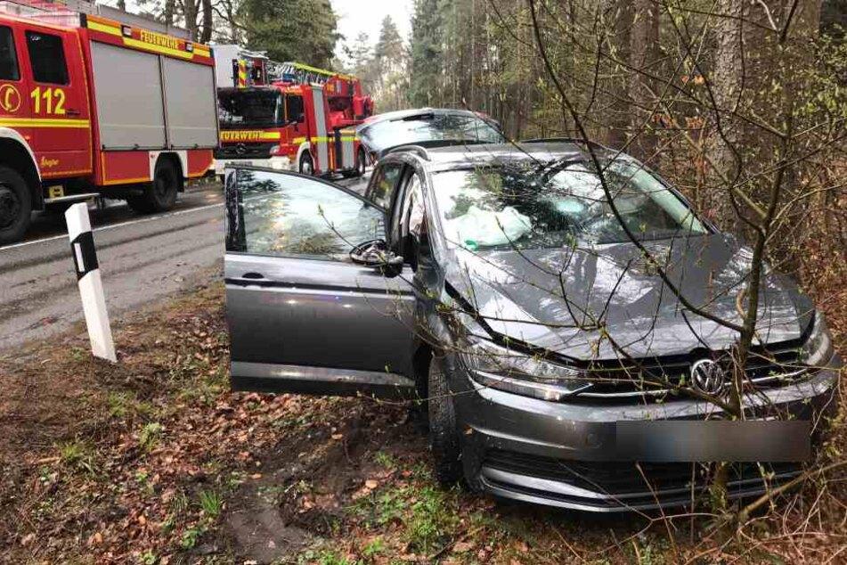 Das Auto kam von der Fahrbahn ab und krachte gegen einen Baum.