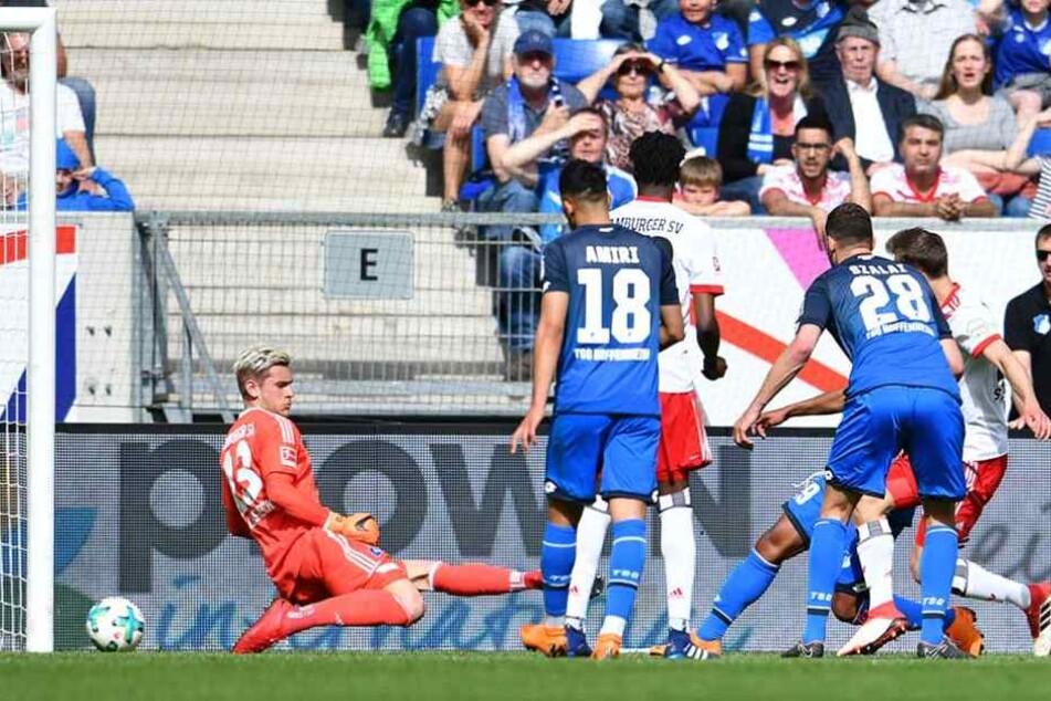 Serge Gnabry trifft an Pollersbeck vorbei zum 1:0 für Hoffenheim.