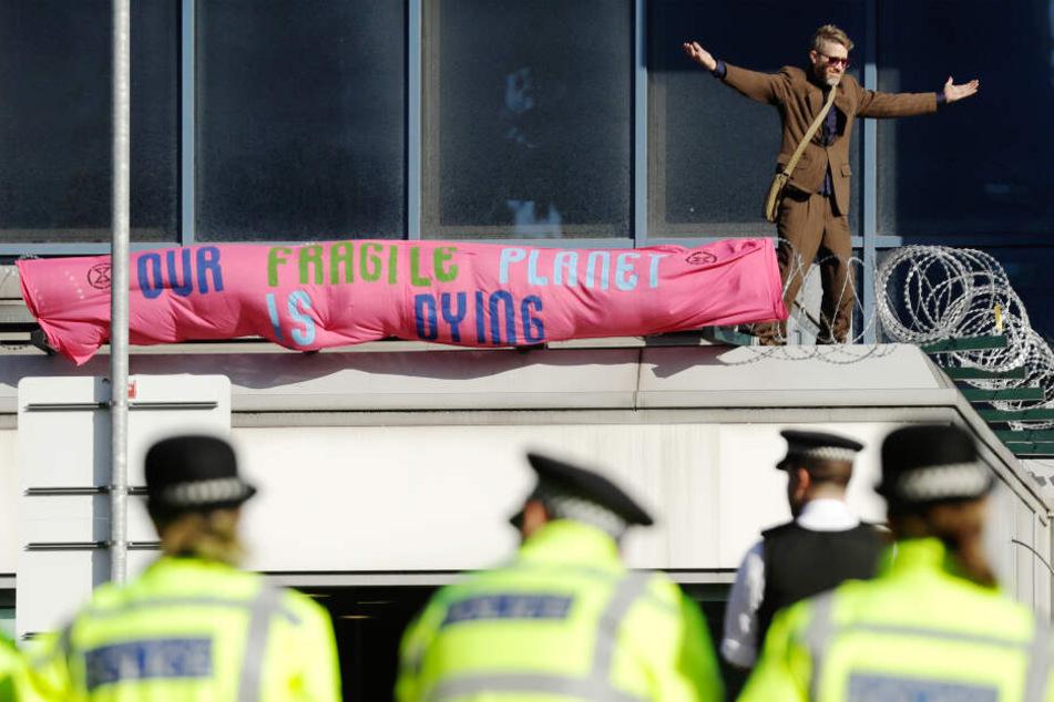 Ein Mann stand auf dem Dach des Terminals.
