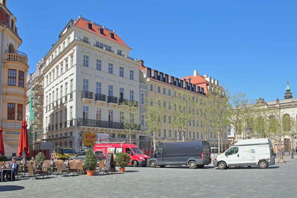 """Stattdessen entstand die historische Neumarkt-Fassade mit Petit Bazar und Semper-Front (F.r.) neu. Davor wächst heute das """"Grüne Gewandhaus"""" in Form mächtiger Platanen."""