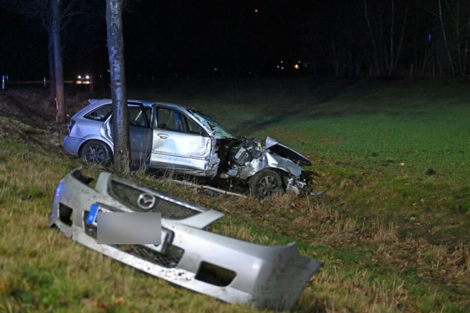 Die Stoßstange des Mazda lag einige Meter entfernt vom Rest des Wagens.