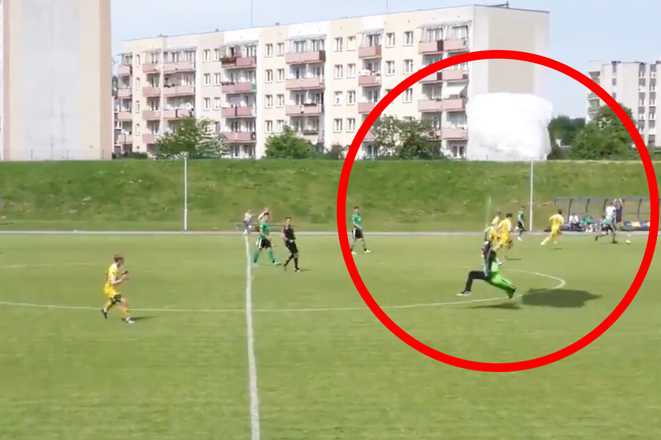 Platz da: Der Fallschirmspringer landet auf dem Fußballplatz.