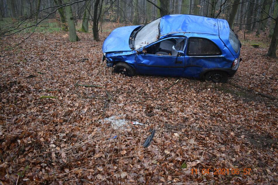 Ein herbeigerufener Notarzt konnte nur noch den Tod des 38-Jährigen feststellen. Dieser hatte sich mit seinem Auto mehrfach überschlagen.