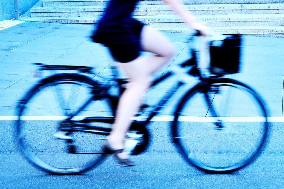 Bei einem Überfall hatte eine Radfahrerin (28) in Polen Glück: Das Messer des Angreifers traf ihr Handy. (Symbolbild)