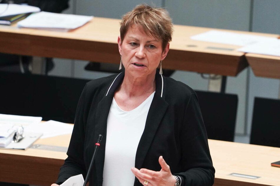 Sozialsenatorin Elke Breitenbach (60, Linke) hat eingeräumt, dass das Impfen von Flüchtlingen in Berlin mit Hindernissen gestartet ist.