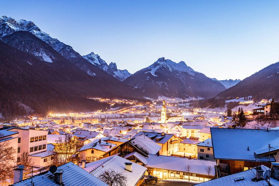 Ein Blick in ein kleines Örtchen in den Tiroler Alpen. (Symbolbild)