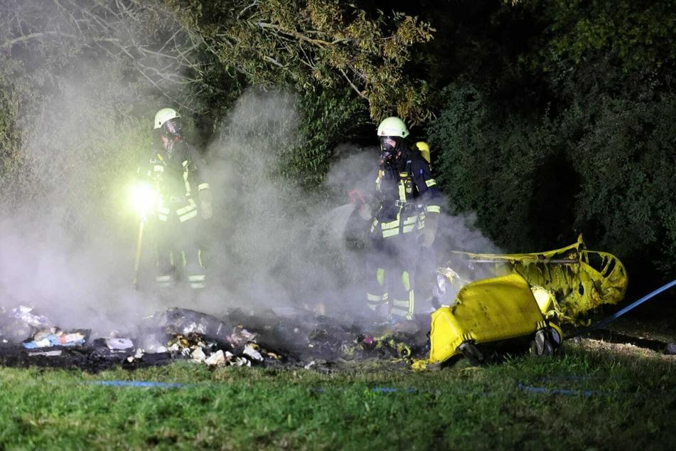 Am Kulkwitzer See hatten unbekannte Täter acht Mülltonnen und acht Dixi-Klos angezündet.