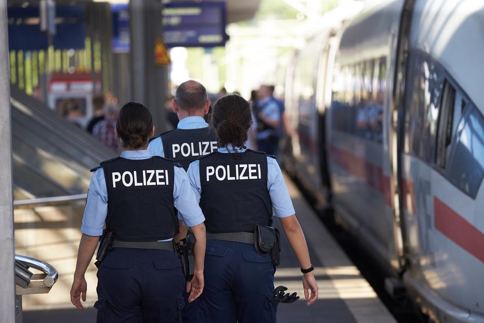 Die Bundespolizei ermittelt gegen zwei Männer, die in Zügen mit rechten Aktionen aufgefallen sind.