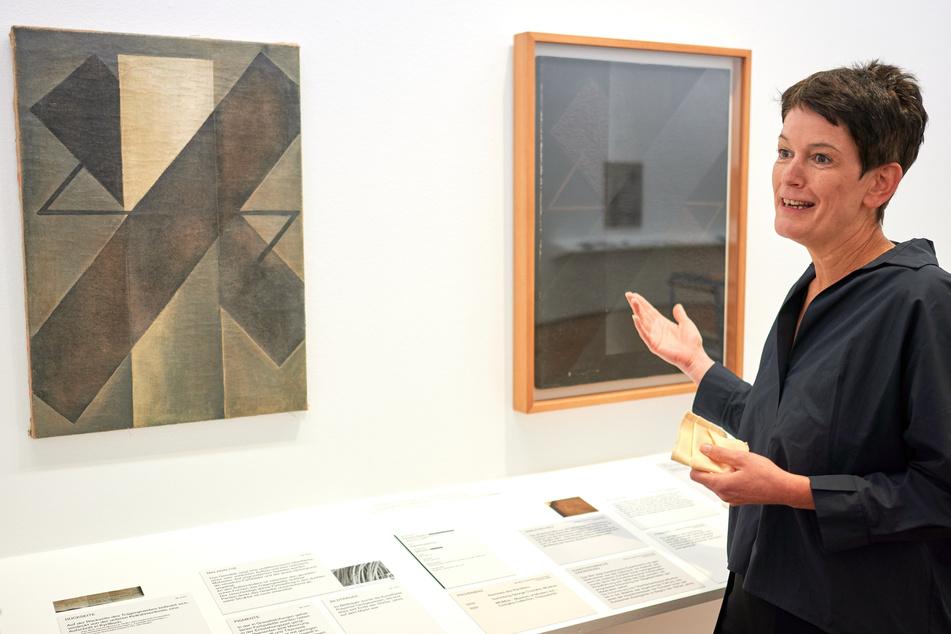 """Rita Kersting, stellvertretende Direktorin, erklärt die Unterschiede zwischen der Fälschung (l.) und dem Original des Bildes """"Suprematismus"""" (1921) von K. Redko im Museum Ludwig."""