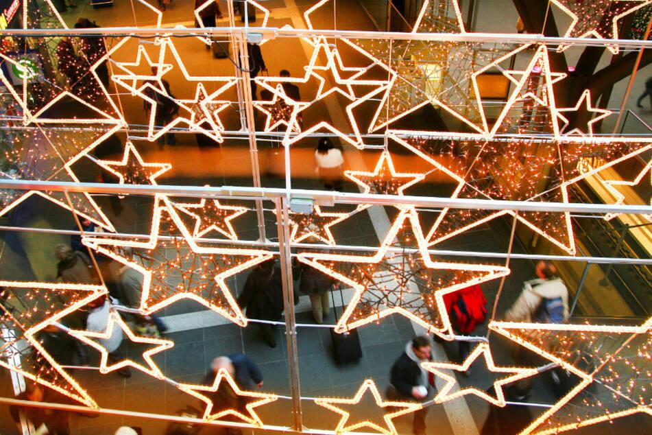 Sterne beleuchten die verschiedenen Ebenen im Hauptbahnhof in Berlin.